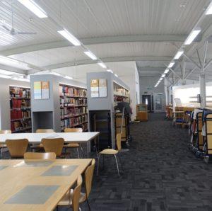 図書館(夏休みなので空っぽ)