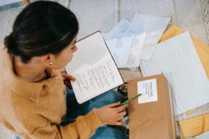 荷物の宛名チェックをする女性